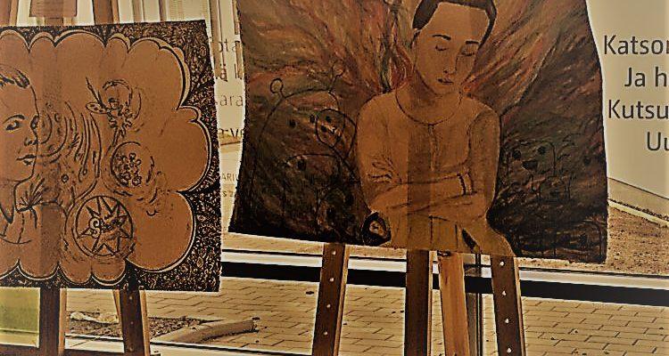 Kuvassa kaksi maalausta maalaustelineillä.